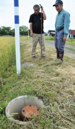 鉄製のふたが取られ、水量を調整する弁がむき出しに。事故や設備の劣化が懸念される=紫波町北日詰
