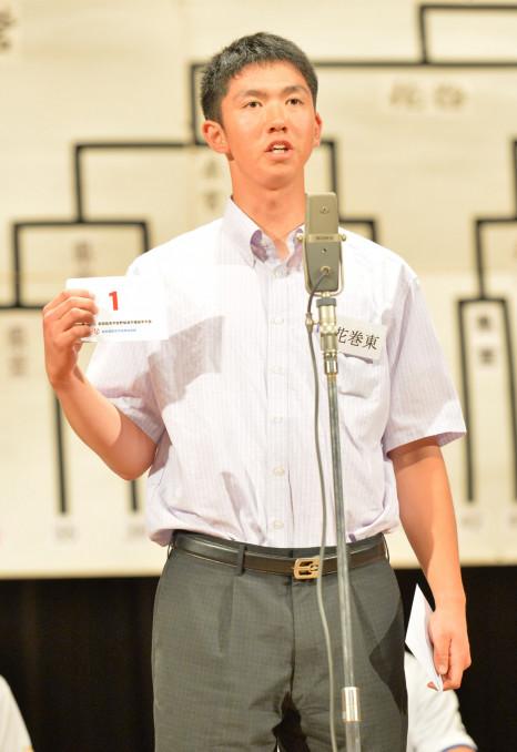 第1シードを示す1番の番号札を読み上げる花巻東の中村勇真主将=盛岡市・キャラホール