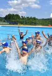 今季初のプール授業で水しぶきを上げる児童