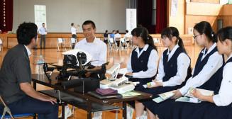 社会人講師の話を聞き、働くことへの意識を高める生徒たち