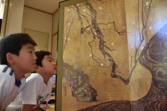 「紅白梅図屏風」を見つめる児童たち