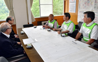 大規模災害時の連携について話し合う安藤勝夫会長(右から3人目)と中居健一町長(同4人目)ら