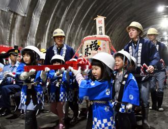 子どもみこしを担ぎ、萩牛トンネルの貫通を祝う園児