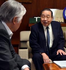 柴田道明副市長に計画の撤回を求める佐藤信安世話人代表(右)