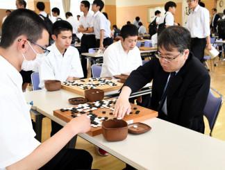 鶴丸敬一七段(右)の指導を受ける若槻起太郎さん(左)