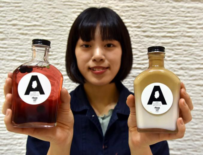 新発売された「アロニアソーダ」(左)と「アロニアラテ」