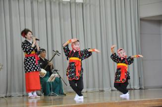 山本樹さん(左)が歌う「秋田おばこ節」に乗せて、民謡手踊りを披露する(右から)山崎美月さんと沼田琴葉さん