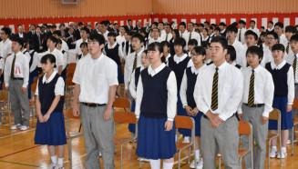 100周年の歴史の重みをかみしめ、校歌を歌う生徒ら