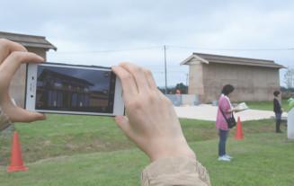 AR技術でスマートフォンの画面上に外郭南門などを再現できる胆沢城跡歴史公園