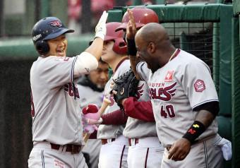 4回、本塁打を放ちウィーラー(右)と笑顔でタッチを交わす楽天・銀次=楽天生命パーク