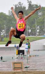男子共通走り幅跳び決勝 1回目に6メートル68をマークして全国大会出場を決めた佐々木悠人(水沢)=北上市・北上総合運動公園陸上競技場