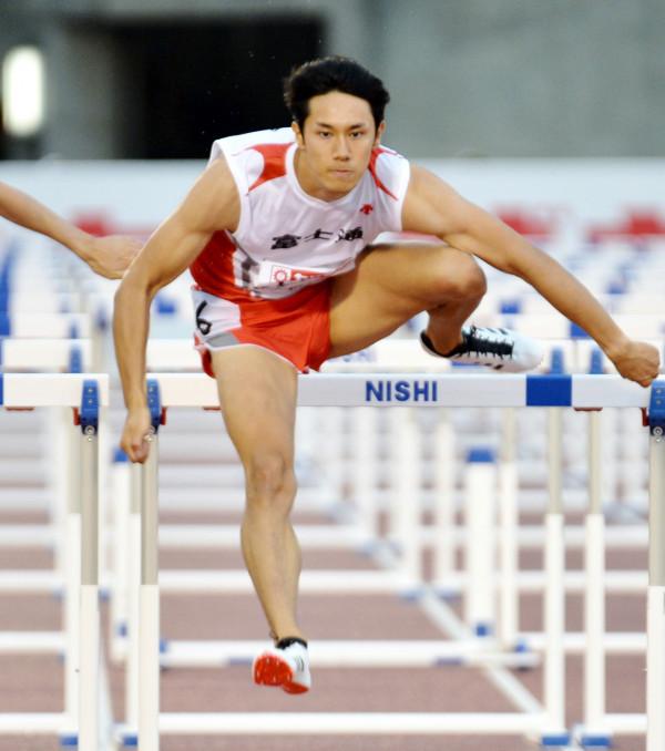 男子110メートル障害準決勝1組 力強い加速で13秒51をマークし、組トップで通過した石川周平(富士通)=福岡市・博多の森陸上競技場