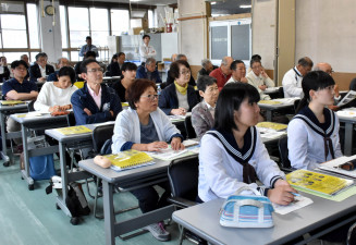 講義に聞き入り、震災を語り継ぐための知識を学ぶ参加者