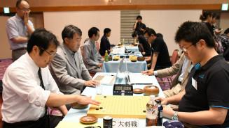 山形戦に臨む大将渡辺健六段(左)ら本県選手団