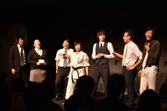 会場を盛り上げる晴山Bさん(右から2人目)と千葉幸平さん(同3人目)ら