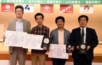 準優勝した本県の(右から)大将渡辺健六段、先鋒熊谷将人六段、副将小野拳六段と佐藤昌作監督