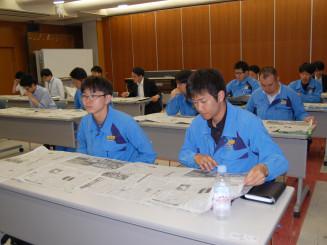 第2回講座で新聞を開き、各面の特徴に理解を深める東北電力岩手支店の若手社員ら