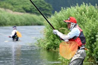 待ちわびた解禁日を迎え、気仙川でアユ釣りを楽しむ愛好者
