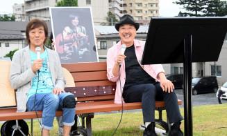 在りし日の天野滋さんの写真を挟み、思い出を語り合う平賀和人さん(右)と中村貴之さん=1日、一関市・磐井川堤防