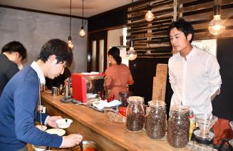 釜石大観音仲見世通りにカフェをオープンした神脇隼人さん(右)