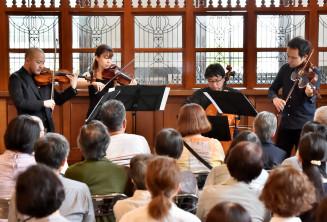 温かな音楽を奏でる町田匡さん(左端)ら日本フィルの団員