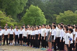 「平泉賛歌」を高らかに歌う平泉小と長島小の5、6年生=1日、平泉町・観自在王院跡