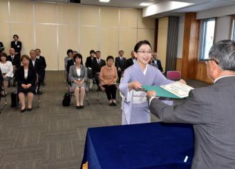 戸塚美穂氏(中央)ら女性7人に当選証書が手渡された紫波町議会の当選証書付与式