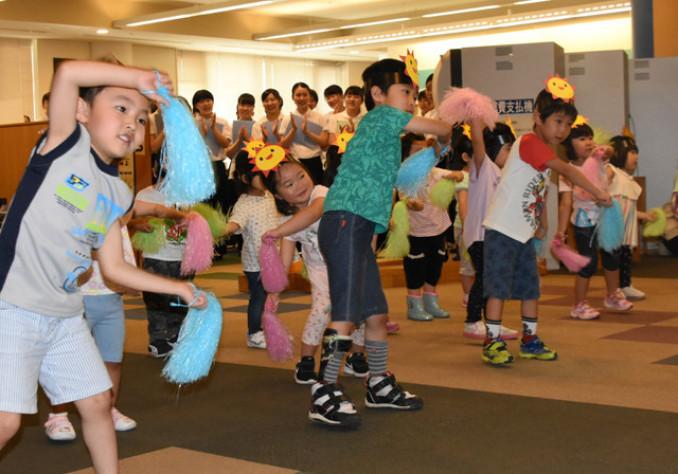 愛らしい踊りを披露する院内保育所の子どもたち