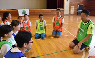 生徒と交流する佐藤悠介さん(右)