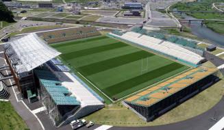 仮設スタンドが完成した釜石鵜住居復興スタジアム。約1万6千席の整備が全て完了した=3日、釜石市鵜住居町(本社小型無人機で撮影)