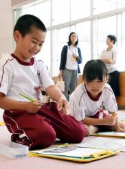 興味を持った紙面の写真を切り抜き、コメントを書き込む児童