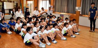 子どもたちに二戸の魅力を伝える宮本慶子さん(右)