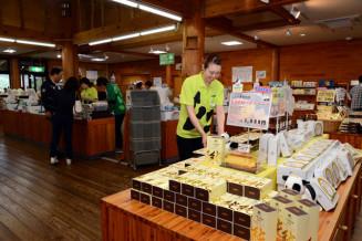 小岩井農場の新施設「園外ショップ&フード」。農場限定商品や土産品など約500点が並ぶ