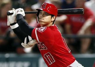 レンジャーズ戦の8回、左越えに二塁打を放つエンゼルス・大谷翔平=アーリントン(共同)