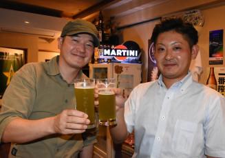 「久慈みどりのダイヤビール」を楽しむ小笠原恵助さん(左)と長坂友太さん