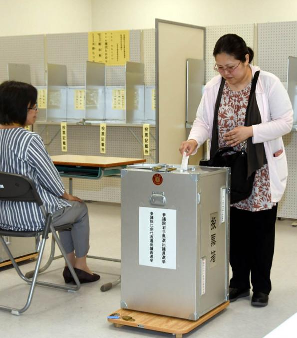 イトーヨーカドー花巻店に設置された参院選の期日前投票所で投票する有権者=5日、花巻市下小舟渡