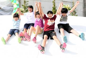 スロープ状の滑り台で遊ぶ子どもたち