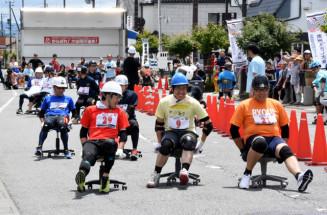 事務椅子にまたがってレースを繰り広げる参加者