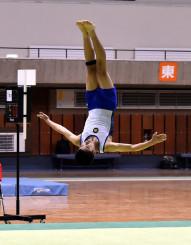 男子団体 滝沢南を優勝に導いた伊藤皐佑の床運動。各種目とも安定した演技で得点を重ねた=盛岡市・県営体育館