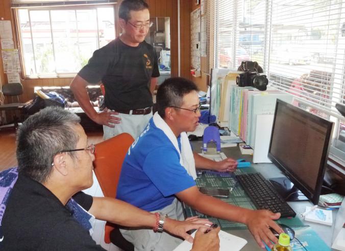 橋口正孝さん(手前)からカイゼンを学ぶ組合員