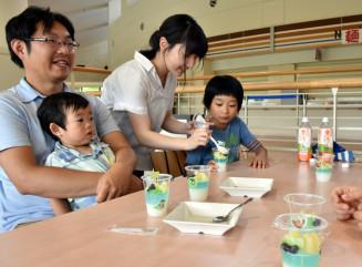手作りのゼリーに具材を盛り付けて交流する学生と子どもたち