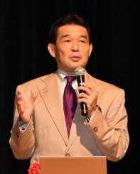 家庭学習での新聞活用を呼びかける酒井勇介さん