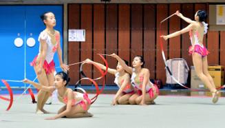 女子団体 豊かな表現力で演技をまとめ、3連覇を果たした上野=盛岡市・県営体育館