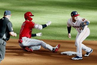 アストロズ戦の1回、左翼線に二塁打を放ち滑り込むエンゼルス・大谷翔平=ヒューストン(共同)