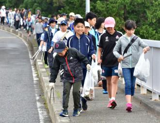 浄土ケ浜を目指して歩きながら沿道のごみを拾う宮古小児童ら