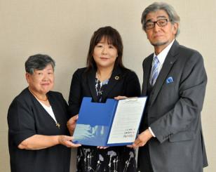 連携協定を結んだ(左から)高野美恵子、山屋理恵両共同代表と東根千万億社長