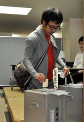 盛岡大の期日前投票所で票を投じる学生=8日、滝沢市砂込