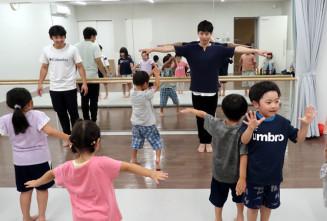 初公演に向け子どもたちを指導する佐藤喬也さん(右)、三上健太さん=滝沢市