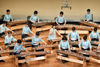 フィナーレの「須唄流三章」を演奏する合奏団