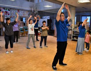 盛岡青年会議所のメンバー(前列2人)の動きに合わせ、振り付けを練習する施設利用者ら